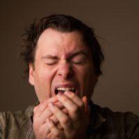 علت بسته شدن چشم ها به هنگام عطسه